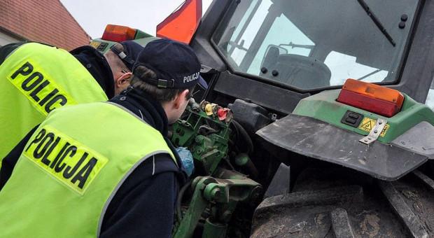 Traktorzysta uciekał przed radiowozem z zaczepionymi bronami