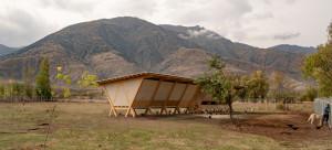 House of Chickens to niewielki budynek inwentarski, który został zaprojektowany i zrealizowany w ramach Palanga Art and Architecture Farm znajdującej się we wschodniej części Turcji. Farma jest projektem prowadzonym przez znanego na całym świecie artystę i projektanta, Kutluga Atamana. Foto. Alí Taptik