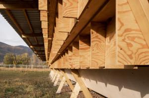 Ze względu na wiejskie położenie terenu, dla łatwej konserwacji stosuje się niewymagające ciągłej konserwacji materiały i prostą technologię budowy tego typu obiektów.  Foto. Alí Taptik
