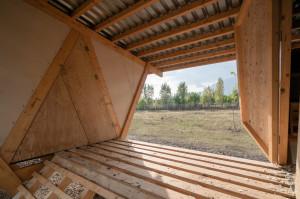 Dodana wartość zrealizowanego projektu kurnika polega na tym, że nawet przy zastosowaniu prostych technik budowlanych, które nie kwestionują natury, możliwe jest połączenie walorów estetycznych z tak ważnymi funkcjami typowego budynku inwentarskiego. Foto. Alí Taptik
