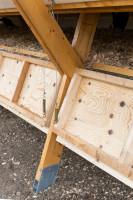 Konstrukcja segmentowa budynku zapewnia możliwość łatwego podbierania jaj z zewnątrz bez zakłócania spokoju kurcząt. Foto. Alí Taptik