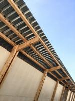 Aby stworzyć dodatkowe schronienie dla kurcząt przed słońcem potrzebny był duży baldachim, czyli funkcjonalne zadaszenie. Foto. Alí Taptik