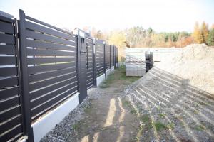 Wbrew panującemu przekonaniu, przepisy prawa nie regulują sposobu budowy ogrodzenia między dwoma sąsiadującymi posesjami. Można zbudować je dokładnie na granicy działki, jeżeli druga strona wyrazi na to zgodę. Foto. Plast-Met Systemy Ogrodzeniowe