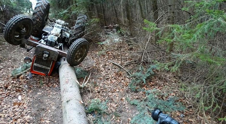 Traktorzysta przygnieciony przez ciągnik w lesie
