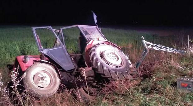 Martwy rolnik w wywróconym traktorze