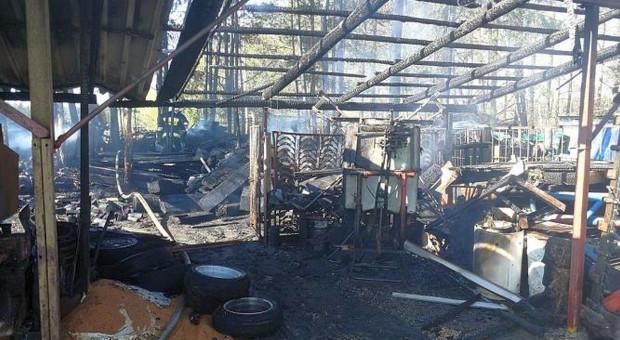 Płonęły wiaty, a obok stodoła i maszyny