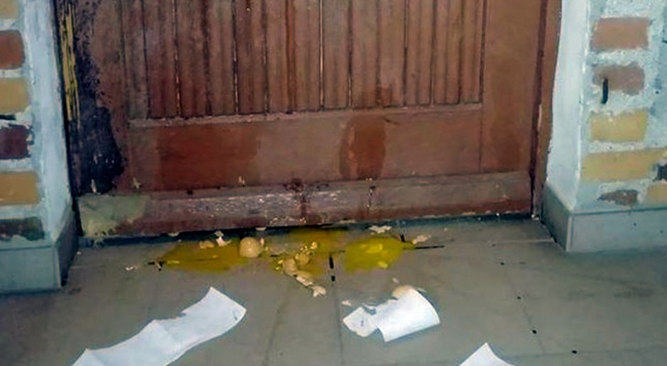 Sołtysowi zniszczono drzwi, bo nie zdradził nazwiska zakażonego