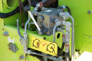 Wprasach zkomorami niewyposażonymi wzamek bardzo ważny jest stan elementów hydrauliki (siłowników, zaworów) odpowiadających za docisk klapy komory