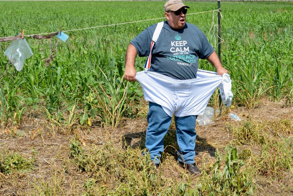 Howney Miller, koordynator ds. public relations Cheney Lake Watershed, podczas prelekcji założył testowaną bieliznę, żeby dodać odrobinę humoru do zagadnień związanych z biologią gleby, FarmProgress.