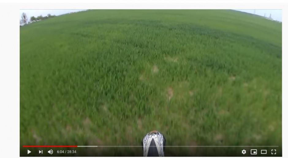 Mistrz Polski w motocrossie popisowo rozjeżdża obsiane pole