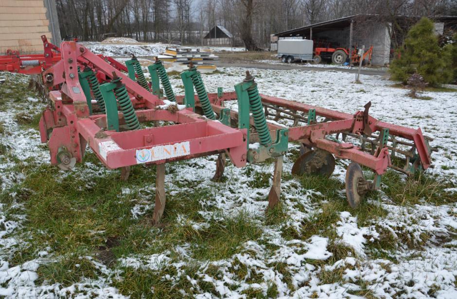 W pierwszych latach z technologią bezorkową główną maszyną do uprawy głębokiej był kultywator Kos, w którym rolnik wymienił trzymaki redlic, by można było zamontować redlice do głębszej uprawy.
