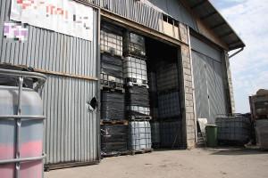 Zbiorniki z chemikaliami stały w dwóch magazynach i na podwórzu