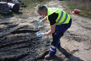 Inspektorzy pobrali próbki również z ziemi, bo mogło dojść do skażenia gleby i wody
