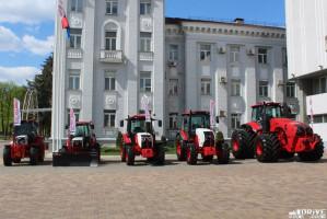 Nowy MTZ Belarus 4522 wpisuje się w nowy styl ciągników z mińskiej fabryki, fot. mat. prasowe/Com-drive