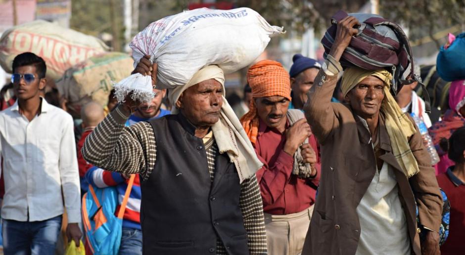 Indie: Władze zapewnią żywność pracownikom powracającym do domów