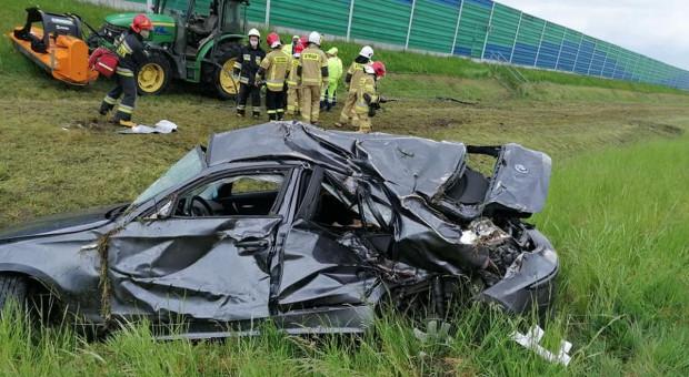 BMW wpadło na traktor koszący trawę przy autostradzie