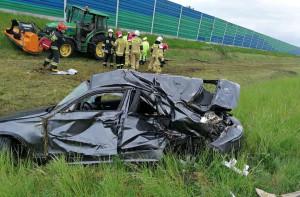BMW wypadło z trasy i uderzyło w ciągnik z kosiarką pracujący na pasie zieleni, Foto: OSP Kaczanowo