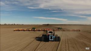Pracuje na ich australijskiej farmie z wydajnością jak twierdzą hektar/min, fot. youtube/Onus_Agronomy