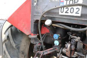 Wlew paliwa znajduje się ztyłu ciągnika, co skutecznie utrudnia tankowanie. Ciekawostka –maszyna wyposażona jest wdwa połączone zbiorniki paliwa ołącznej pojemności ok. 130 l