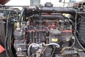 Silnik MMZ opojemności 4,75 l to mocna strona ciągnika, cechuje go wysoka wytrzymałość oraz umiarkowany apetyt na paliwo. Spod czarnej farby przebija oryginalne, czerwone malowanie