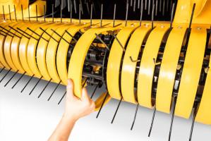 Osłony pomiędzy palcami podbieracza wykonano ztworzyw sztucznych, by były odporniejsze na uszkodzenia mechaniczne. Konstruktorzy dołożyli także piątą belkę zpalcami sprężystymi
