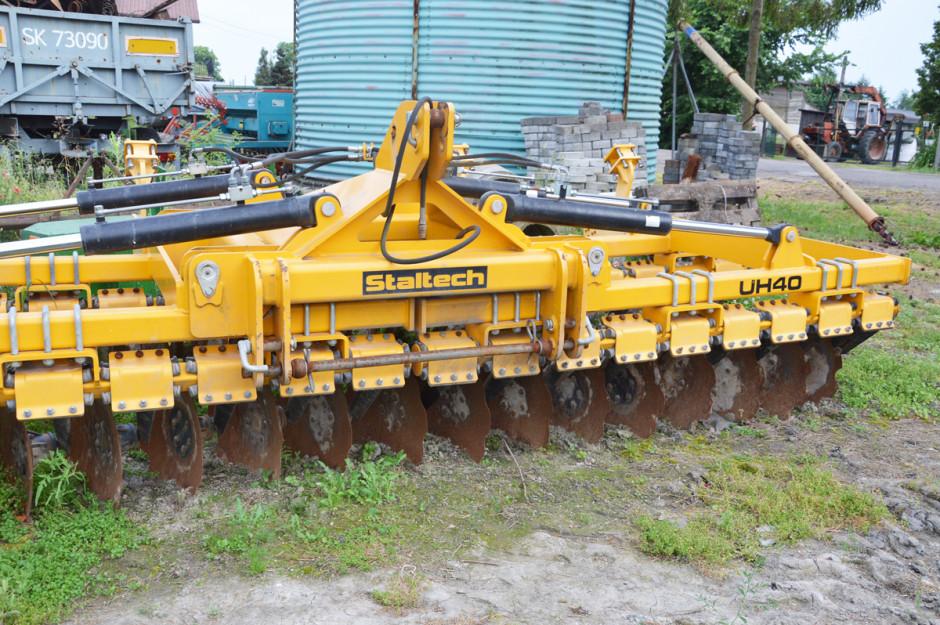 Obecnie główną maszyną do uprawy gleby jest brona talerzowa o szerokości 4 m z firmy Staltech, która – jak mówi rolnik – doskonale radzi sobie podczas pracy na głębokość nawet 20 cm