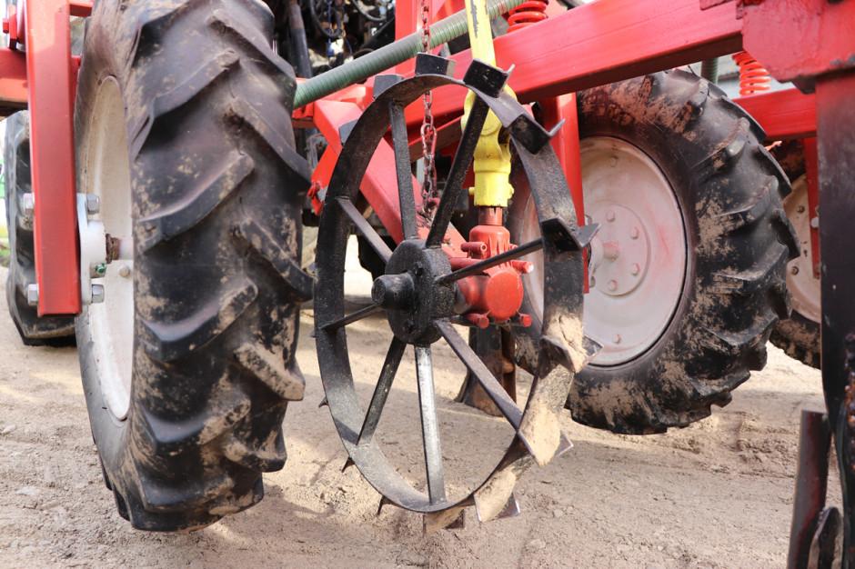 Napęd do wysiewu nasion realizowany jest za pomocą koła ostrogowego.
