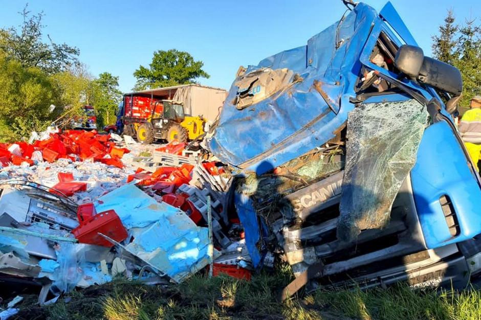 Pojazd i naczepa w wyniku dachowania zostały kompletnie zniszczone, Foto: OSP Suchocin