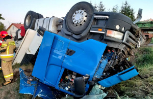 Ciężarowa scania wypadła z drogi i dachowała. Ranny kierowca trafił do szpitala