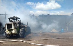 W pożarze gospodarstwa pod Sokółka spłonął m.in. ciągnik, Foto: OSP Olsza