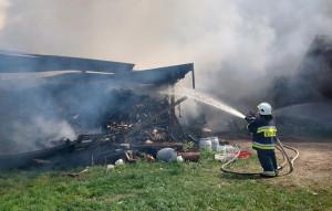 Paliła się tez wiata i zmagazynowane pod nią drewno opałowe, Foto: OSP Olsza