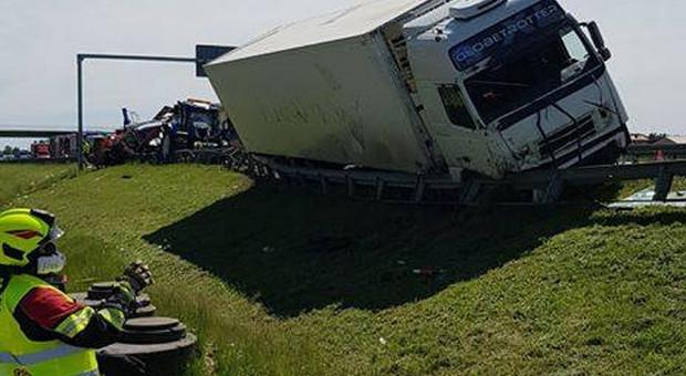 Na trasie S7 tir zderzył się z traktorem i busem