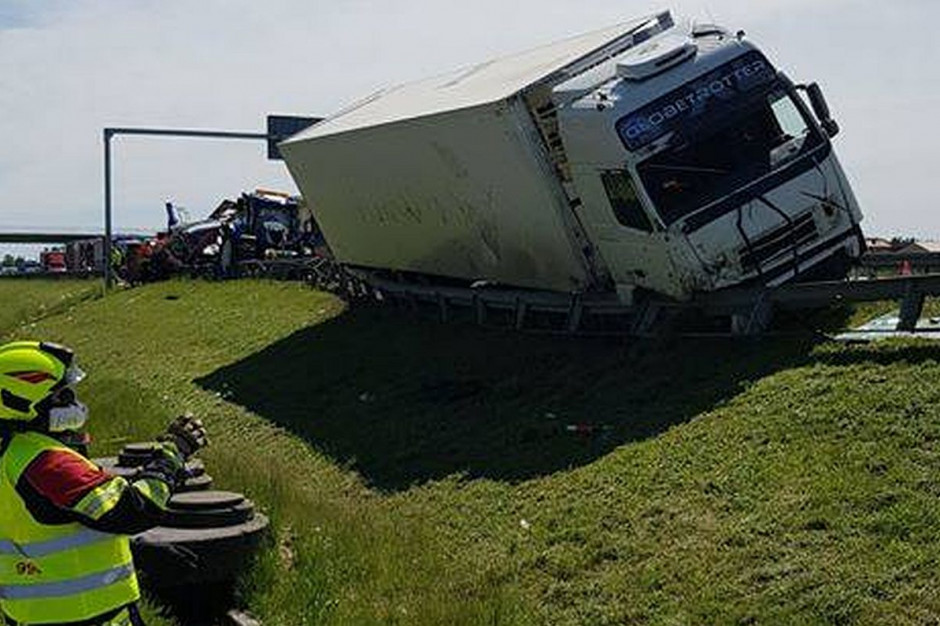 Rozpędzona ciężarówka zahaczyła o traktor i busa na pasie awaryjnym, Foto: OSP Lewiczyn