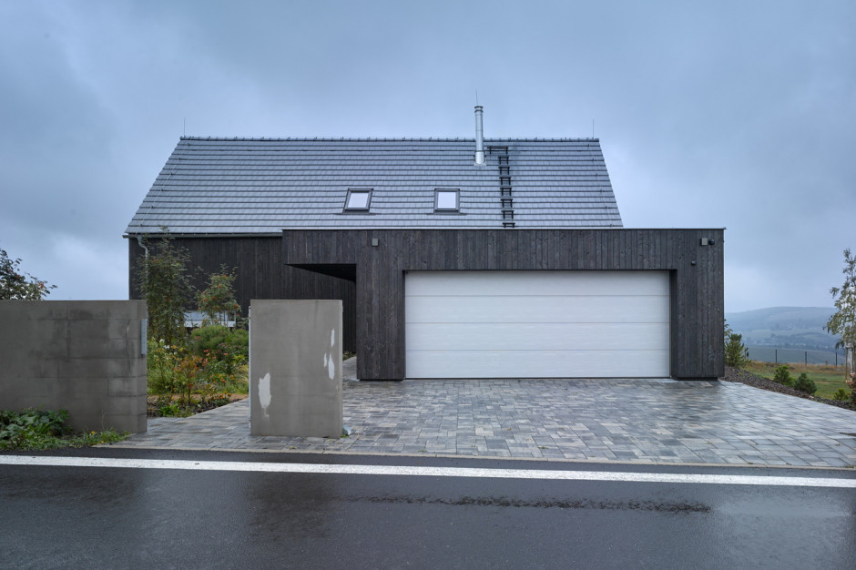 Dom z dwuspadowym dachem zajmuje powierzchnię 245 metrów kwadratowych wraz z dwustanowiskowym garażem, zdjęcia: Filip Šlapal