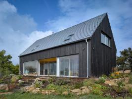 Ten dom charakteryzuje się minimalnym zapotrzebowaniem na energię, niezbędną do ogrzania wnętrz oraz ciepłej wody użytkowej, pomimo ekstremalnych warunków panujących na zewnątrz