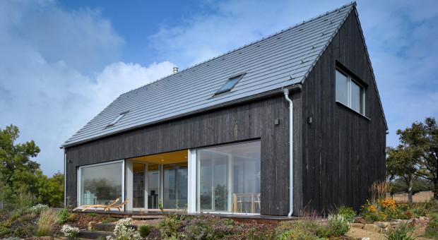 Mały drewniany dom na wzgórzu