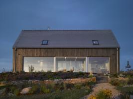 Dom wyróżnia prosta bryła oraz wykorzystanie naturalnych i tradycyjnych materiałów, takich jak drewno i ceramika (pokrycie dachu), ale architekci zdecydowali się nadać im bardziej nowoczesny wygląd