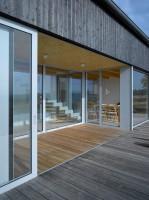 Drewno elewacyjne z oryginalnym czarnym odcieniem zabezpieczone jest ochronną powłoką przed negatywnym działaniem warunków atmosferycznych. Czarny kolor uzyskano poprzez ogrzewanie i opalanie drewna, bez użycia lakieru syntetycznego