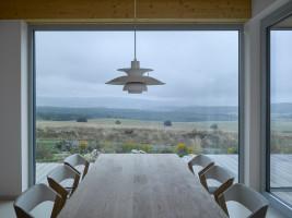 Mieszkańcy domu mogą podziwiać zapierające dech w piersi widoki. Ponadto, zastosowanie dużych przeszkleń potęguje efekt panoramicznych widoków, jednocześnie wpuszczając do wnętrz domu światło słoneczne. Foto. Filip Šlapal