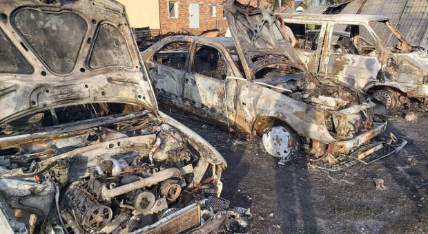 Spłonęły 4 samochody i budynek gospodarczy