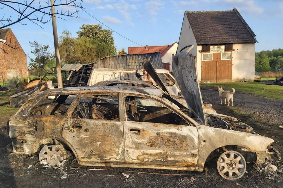Ogień zagrażał również stodole i domowi właścicieli, Foto: OSP Przechód