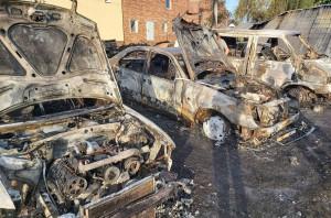 Cztery samochody spaliły się w gospodarstwie na Opolszczyźnie, zdjęcia: OSP Przechód