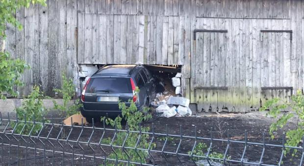 Auto wbiło się rolnikowi w stodołę