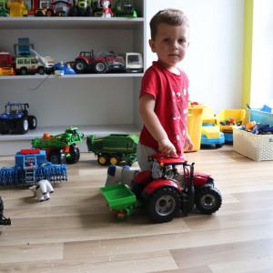 Chłopcy chętnie dzielą się zabawkami, Marcel uwielbia zabawę rozsiewaczem do nawozów. fot. Tomasz Kuchta