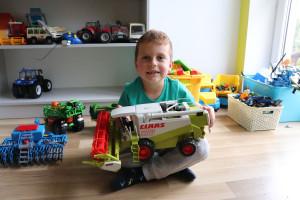 Ulubioną zabawką Tymka jest kombajn zbożowy Claas Lexion 480, który pomimo częstej eksploatacji w dalszym ciągu jest bezawaryjny. fot. Tomasz Kuchta