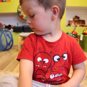 Kolekcję chłopców od niedawna wzbogaciły patyczaki. Marcelek bacznie obserwuje mniejszego osobnika. fot. Tomasz Kuchta