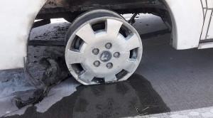 W samochodzie pękła opona i doszło do pożaru nadkola