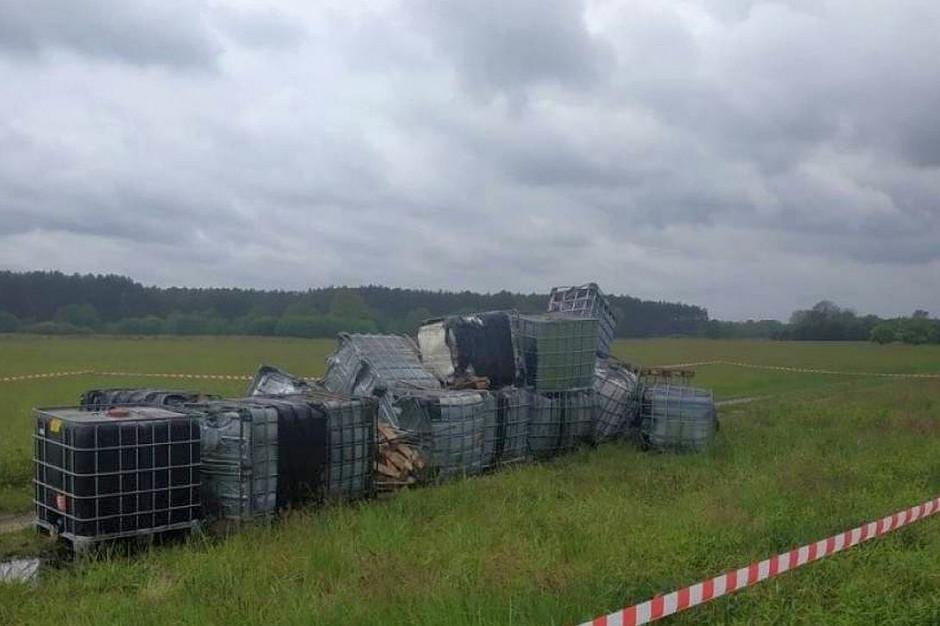 Tysiące litrów chemicznych odpadów podrzucono przy polnej drodze pod Trzebnicą, Foto: Policja