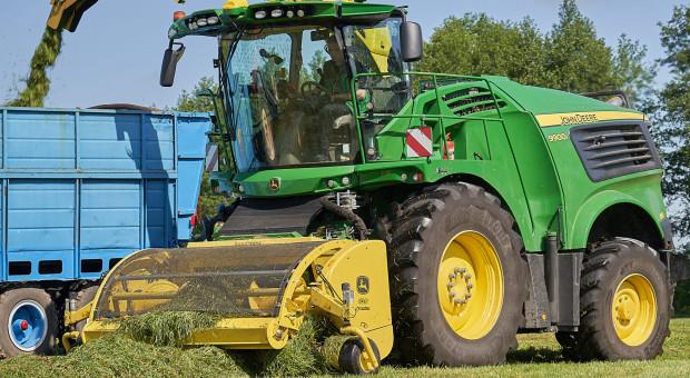 Zbiór traw – jak poradzić sobie z lepkim materiałem?