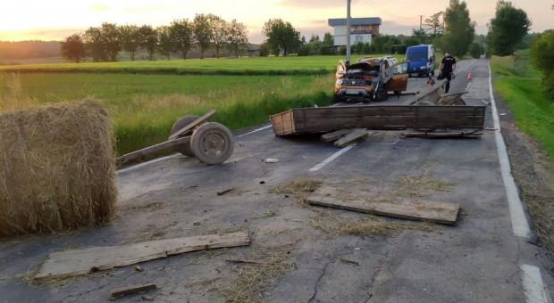 Odczepiony od traktora wóz wpadł na samochód
